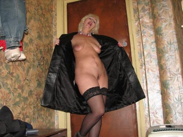 Wild moms performed a good striptease in the bedroom 8 photo