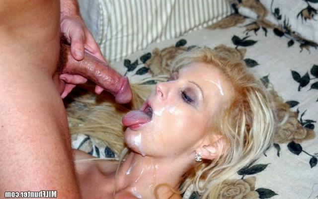 Wild moms performed a good striptease in the bedroom 18 photo