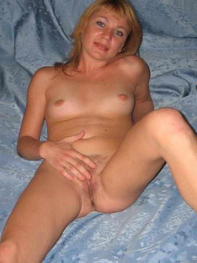 Wild moms performed a good striptease in the bedroom 4 photo