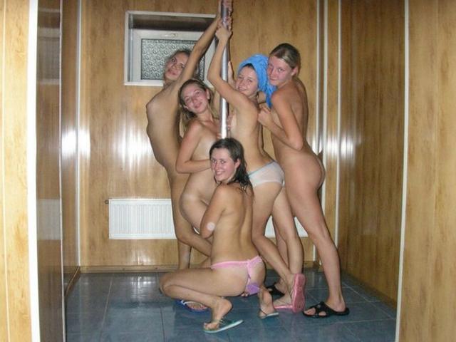 парни развлекаются в бане фото бесплатно