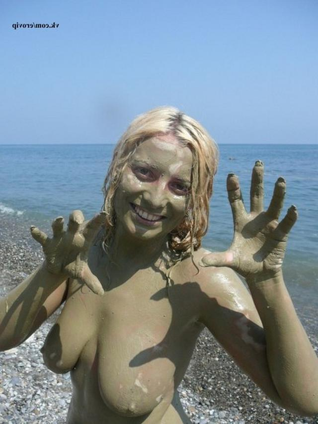 Passionate blonde pranks with bare chest on vacation 3 photo