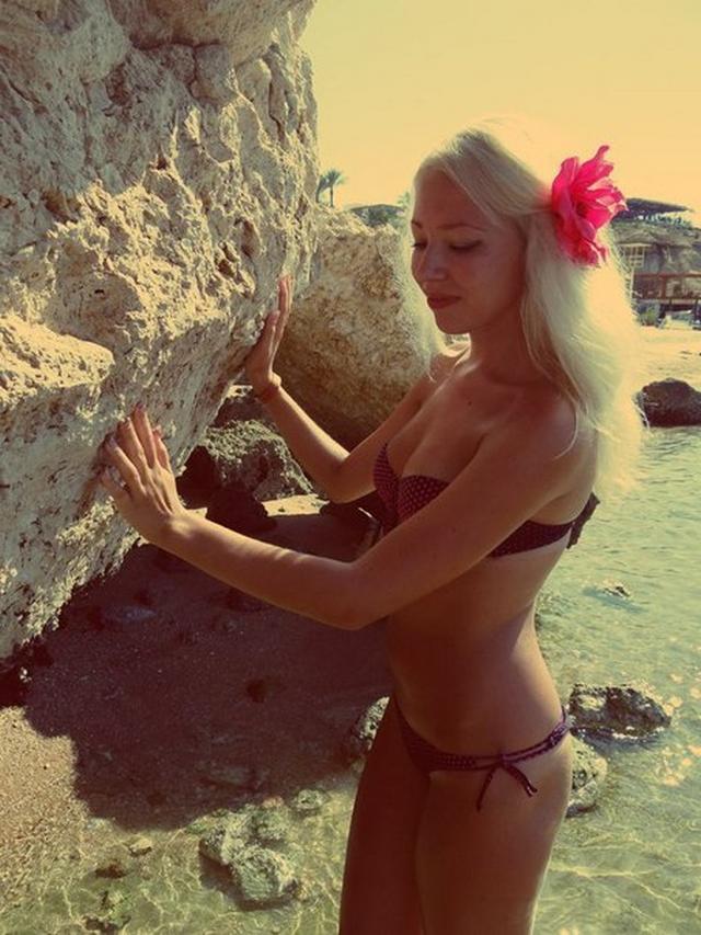 College babes in bikini look very hot 4 photo
