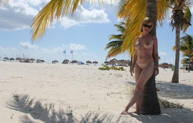 Titted mature woman sucks a rich suitor on vacation 17 photo
