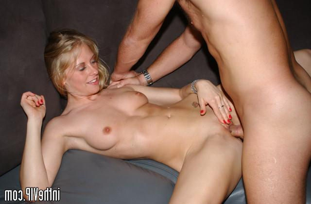 Dude seduced by hot blonde on disco and fuck on the couch 20 photo