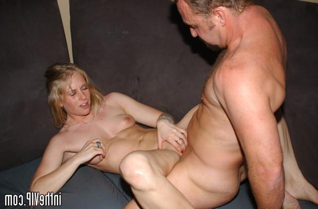 Dude seduced by hot blonde on disco and fuck on the couch 21 photo