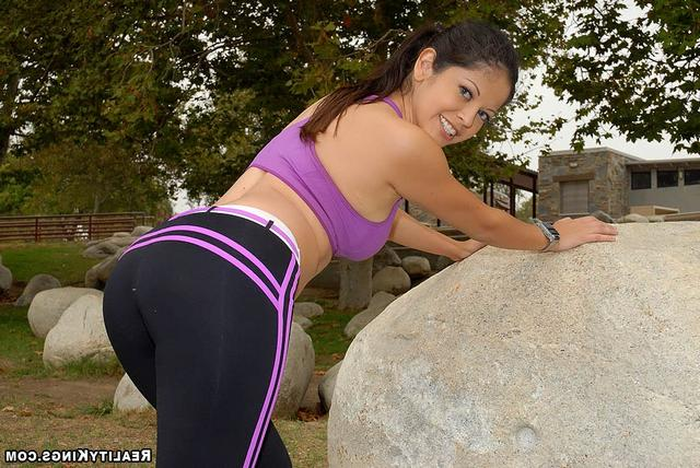 Asian babe after sport gave herself a man 6 photo