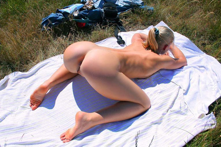 Pretty Irina likes to sunbathe naked - from a private collection 13 photo