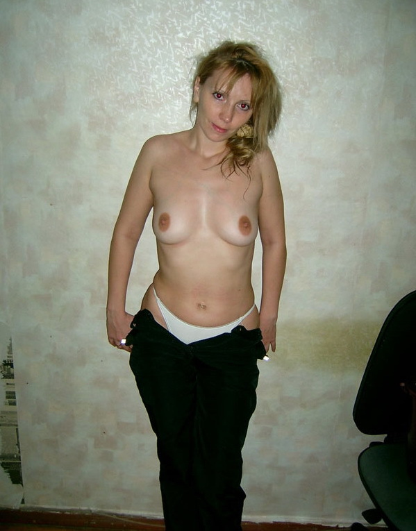 Russian mom stripped by the wall 1 photo