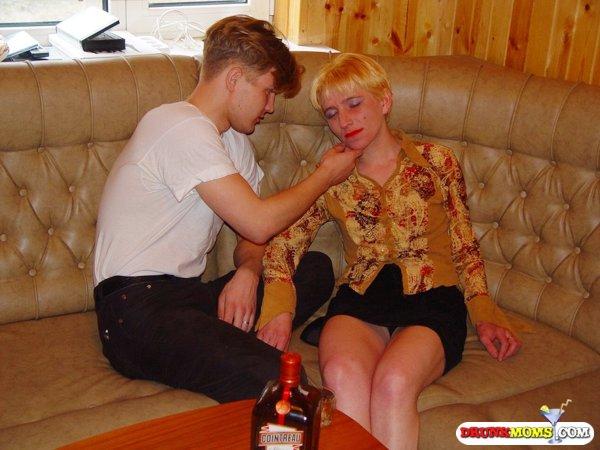 фото пьяные зрелые женщины спят с молодыми парнями.