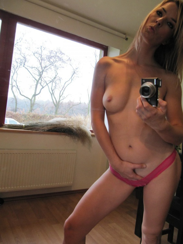 Hot Gina photographed herself in the mirror 6 photo