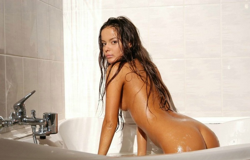 Tanned brown-eyed beauty is bathed in the tub 3 photo