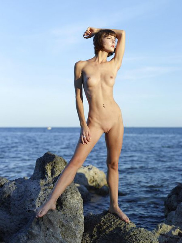 Slender Ninel posing naked on the seashore 9 photo