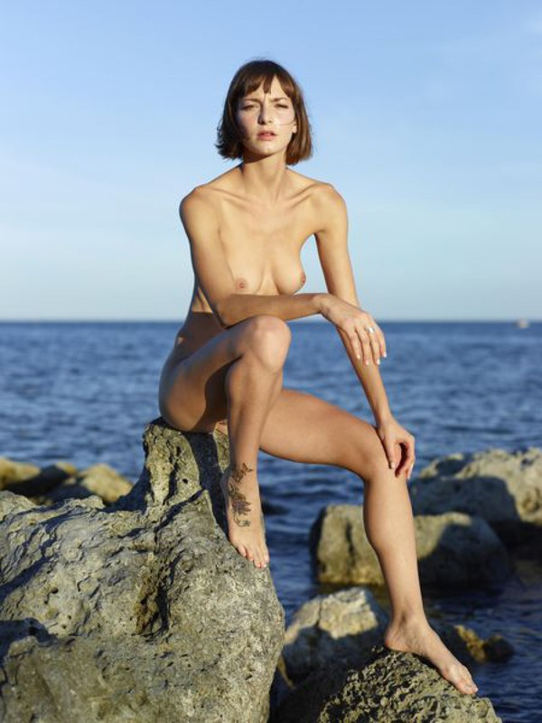 Slender Ninel posing naked on the seashore 7 photo