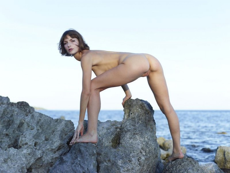 Slender Ninel posing naked on the seashore 10 photo