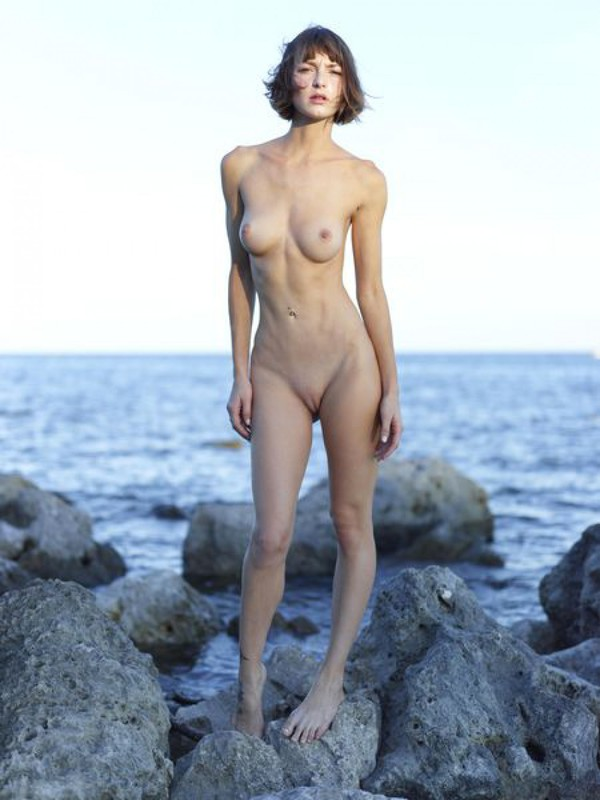 Slender Ninel posing naked on the seashore 16 photo