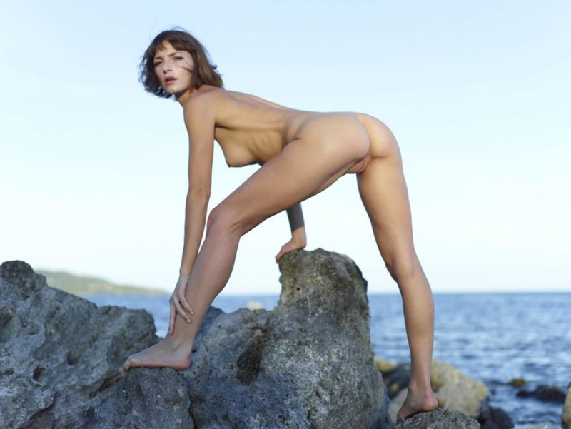 Slender Ninel posing naked on the seashore 14 photo