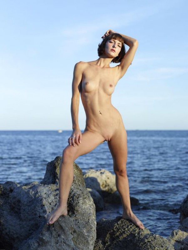 Slender Ninel posing naked on the seashore 20 photo