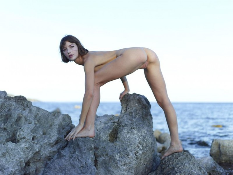 Slender Ninel posing naked on the seashore 17 photo