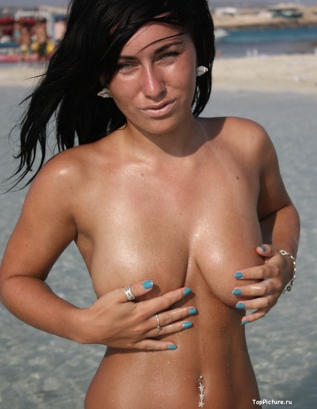 Busty nudist on the beach impressed all the men 11 photo
