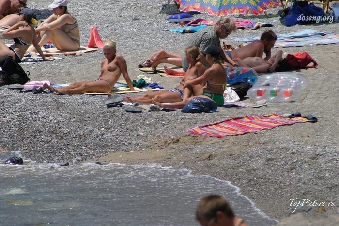 Hot chicks sunbathing topless on public beaches 4 photo