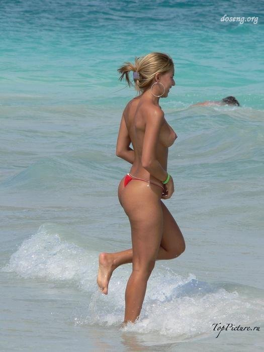 Hot chicks sunbathing topless on public beaches 3 photo