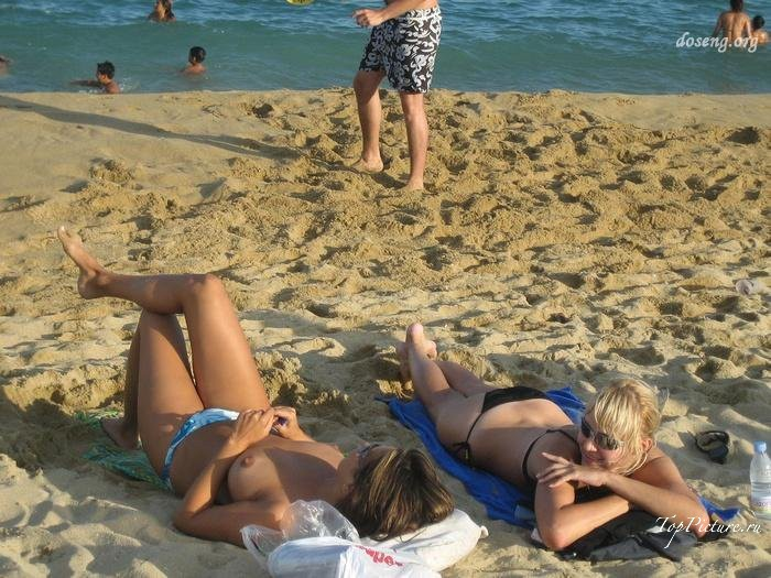 Hot chicks sunbathing topless on public beaches 10 photo