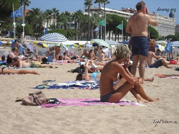 Hot chicks sunbathing topless on public beaches 11 photo