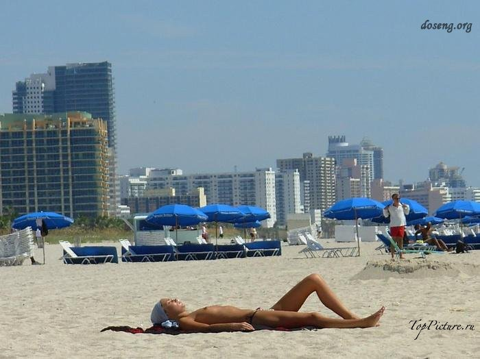 Hot chicks sunbathing topless on public beaches 14 photo