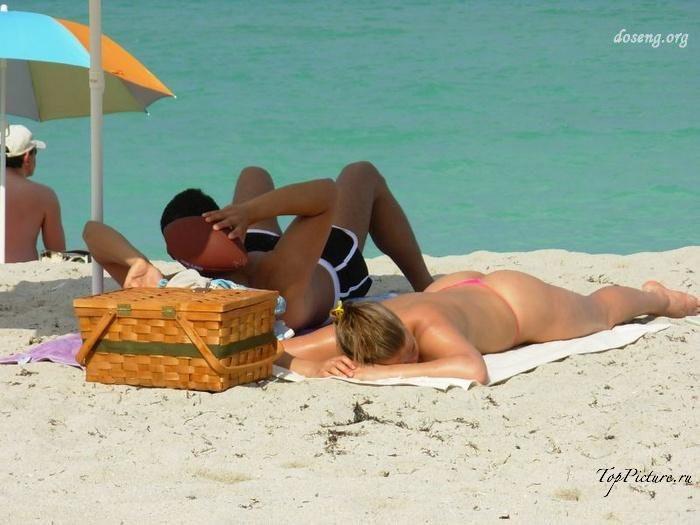 Hot chicks sunbathing topless on public beaches 12 photo