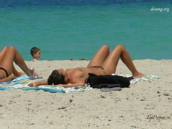 Hot chicks sunbathing topless on public beaches 13 photo