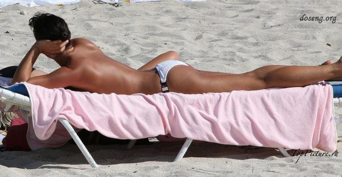 Hot chicks sunbathing topless on public beaches 22 photo