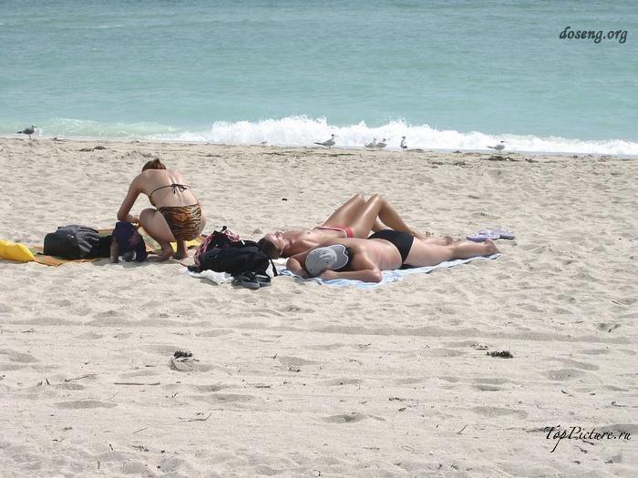 Hot chicks sunbathing topless on public beaches 23 photo