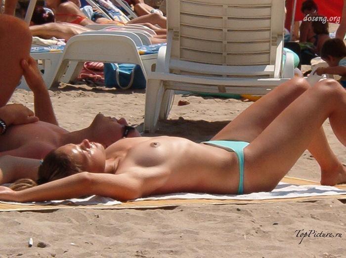Hot chicks sunbathing topless on public beaches 25 photo