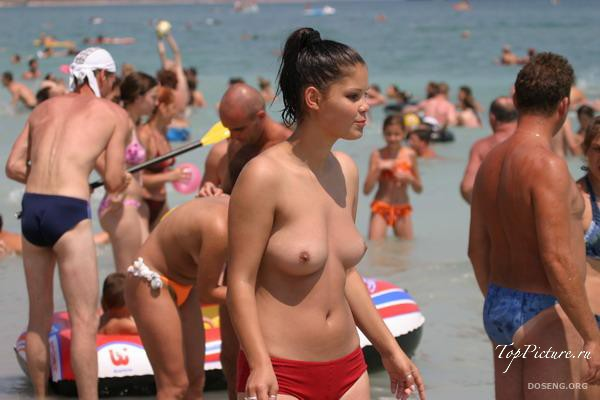 Girls sunbathing and swimming topless on the beach 33 photo